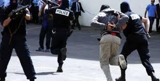 """عناصر الشرطة القضائية ببرشيد تلقي القبض على """"ولد العطار"""" أشهر مروجي المخدرات والخمور والقرقوبي بالبيضاء وبرشيد"""