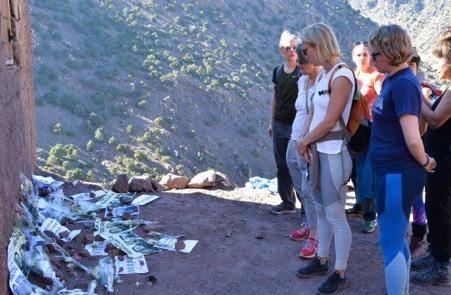 والدة الضحية الدنماركية تزور منطقة شمهروش بمرافقة وفد صحفي