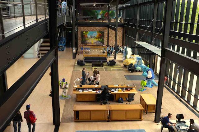 Detalle de zonas comunes y puestos de trabajo en el Steve Jobs Building, edificio principal de Pixar Animation Studios que hizo construir según sus claras especificaciones el propio Steve jobs.