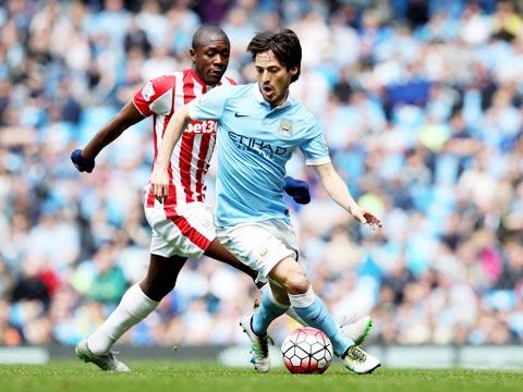 Silva lùi sâu hơn về khu vực giữa sân thi đấu trong vai trò kết nối tuyến tiền vệ trung tâm và hàng tiền đạo