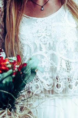 Novia con vestido boho blanco