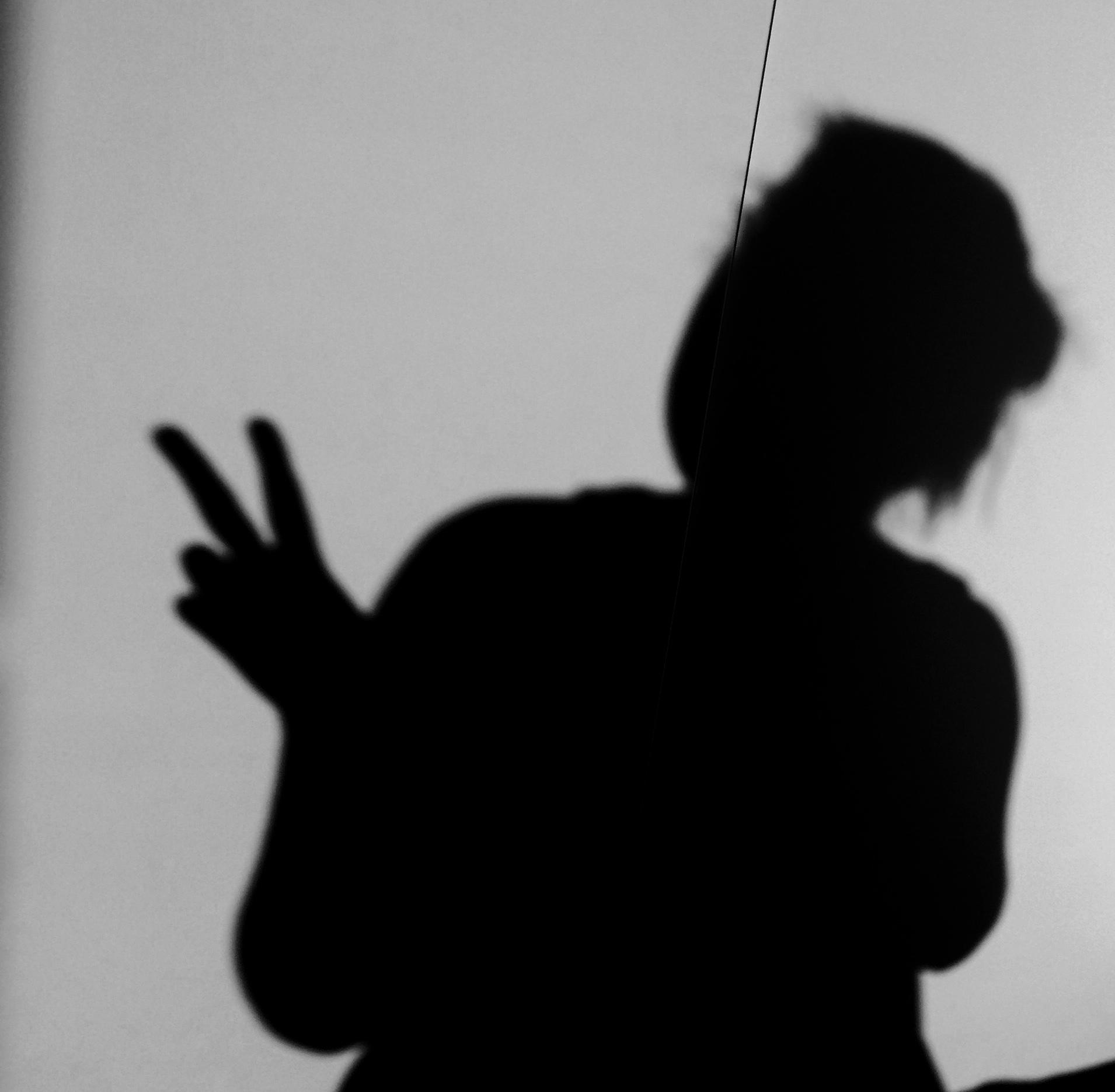 Een zwart-wit foto van mijn schaduw.