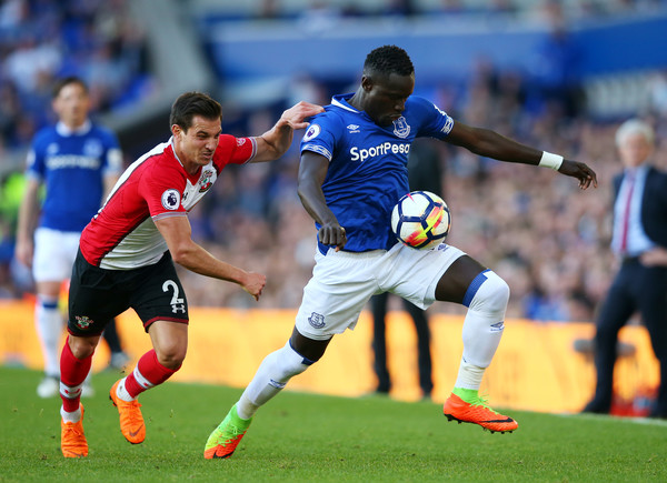 Cedric Soares of Southampton battles for possession with Oumar Niasse of Everton during the Premier League match between Everton and Southampton at Goodison Park on May 5, 2018 in Liverpool, England. (May 4, 2018 - Source: Alex Livesey/Getty Images Europe)