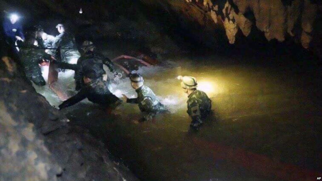 Una de las imágenes de los rescatistas  tratando de llegar a los niños atrapados / AP