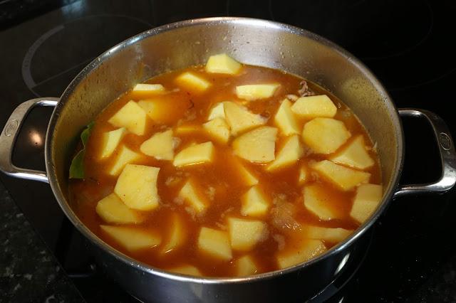 Preparación de guiso de patatas y calamares