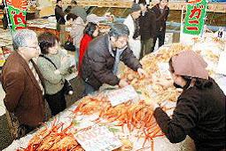 大漁市場なかうら、鳥取・境港 松葉ガニの品定