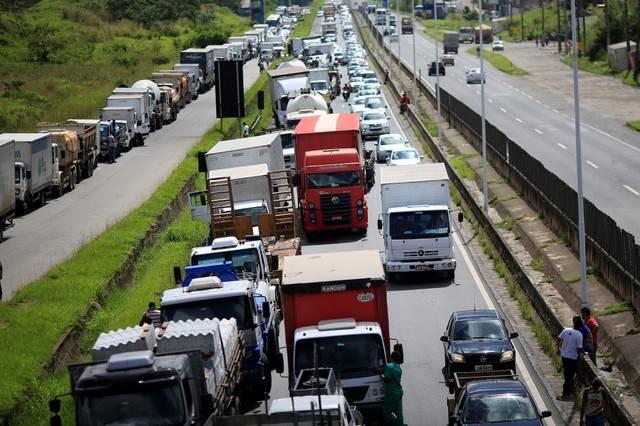 Após reunião com o Governo, caminhoneiros desistem de paralisação