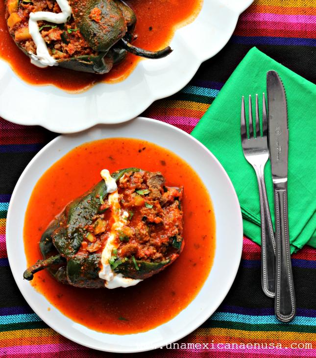 Chiles rellenos de picadillo vegetariano para la Cuaresma, servidos en platón. Receta Mexicana by www.unamexicanaenusa.com
