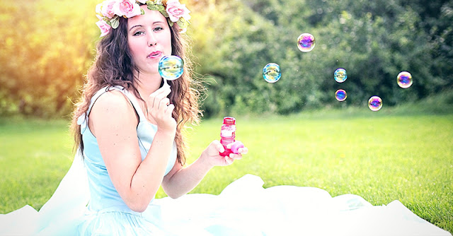 момиче прави сапунени балони