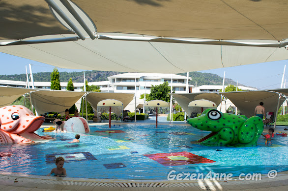 küçük çocukların çok eğlendiği sığ çocuk havuzu, Hilton Dalaman Sarıgerme