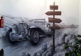 Malowanie zabytkowego auta na ścianie, grafitti przedstawiające zabytkowy samochós, grafika ścienna przedstawiająca auto