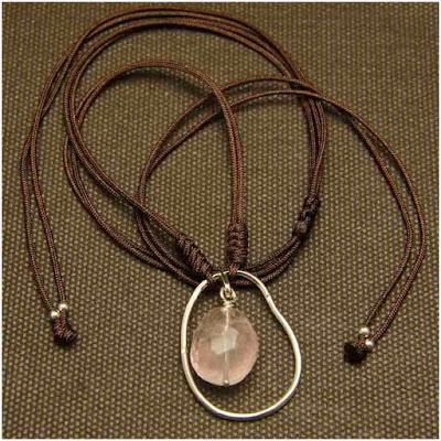 Gargantilla colgante aro irregular de plata y cuarzo rosa montado en cordón marrón. Joyería Artesanal Personalizada