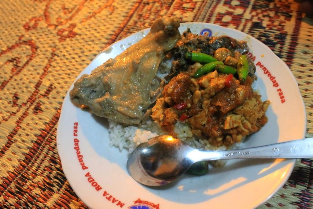 wisata kuliner malam jogja dengan menu tradisional gudeg
