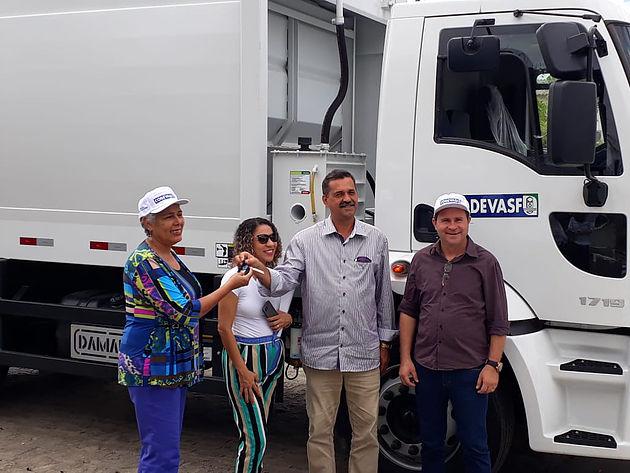 Delmiro Gouveia é contemplado com caminhão compactador de lixo