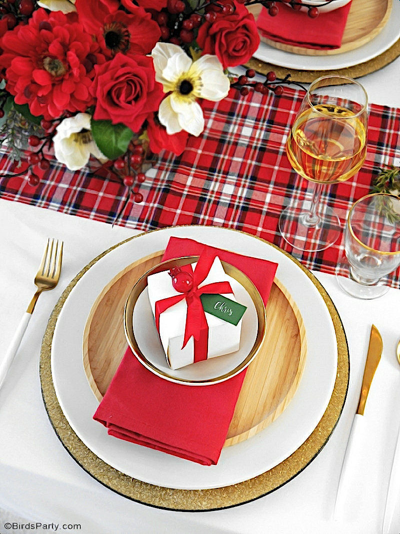 Ma Table de Noël Moderne Inspiration Tartan Plaid - des idées de décorations faciles pour une fête de fin d'année traditionnelle en rouge et vert! by BirdsParty.com @birdsparty #tablenoel #noel #decordetable #tartan #plaid #noelrouge #decornoelrougevert