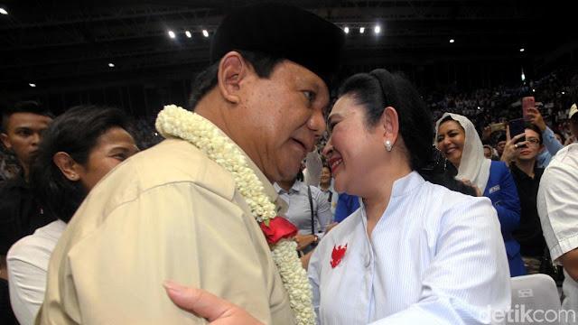 Cipika-cipiki, Begini Momen Kemesraan Prabowo-Titiek di Depan Relawan