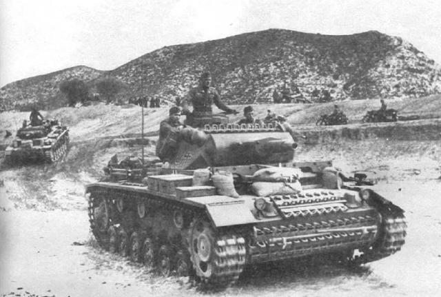 Танки сопровождения Pz. III Ausf.N. из состава 501-го тяжелого батальона (s.Pz.Abt.501). Тунис, конец 1942 года. Любыми средствами, в том числе и мешками с песком, экипажи стремились усилить защищенность своих боевых машин