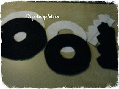 fd08564473573 En cartulina cortar otro circulo igual al de 6 cm y coloquenlo encima del  de 7cm de diámetro de fieltro negro. Con hilo color dorado con un nudo en  la ...