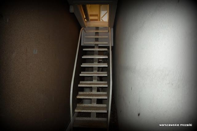 schody Warszawa Warsaw domkereta najwęższy dom na świecie Wola Chłodna Żelazna architektura rezydencja artystyczna wejście