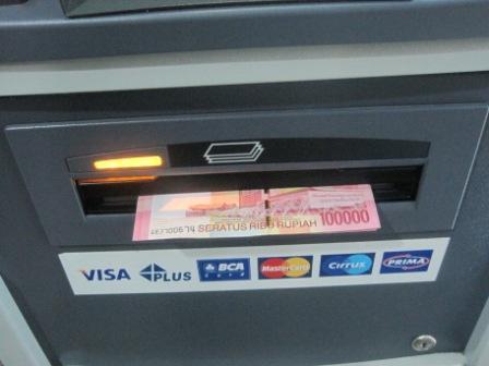 Bagi yang Belum Tahu, Begini Cara Mengambil Uang di Atm Lengkap Dengan Gambar