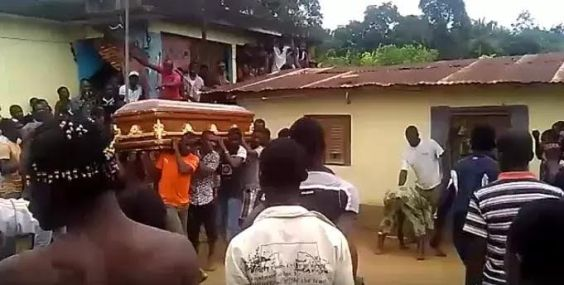 Video: Drama as corpse refused to be buried until it led villagers to its killer's house