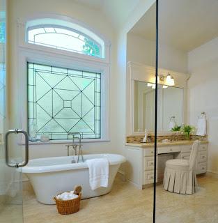bagno con grande specchio immagine