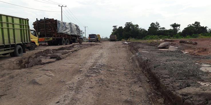 Jalan lingkar Kota Prabumulih dalam kondisi rusak berat.