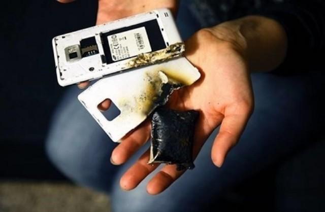 Jangan gunakan telefon bimbit semasa dicas! Bahaya!