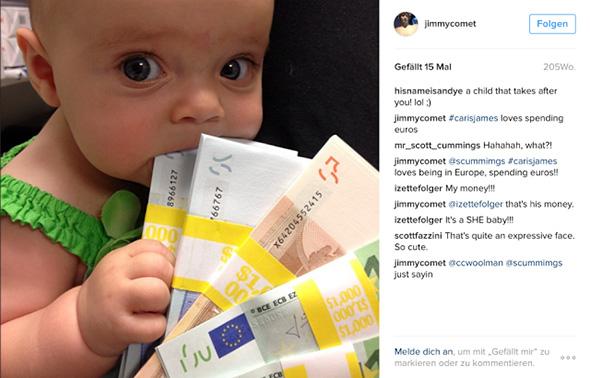 bebe mordiendo y sosteniendo euros