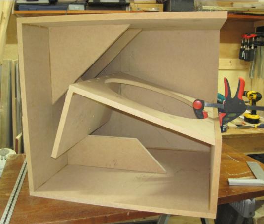 Desain box speaker Cubo 18