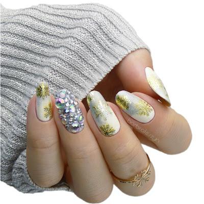 zimowe paznokcie z użyciem naklejek