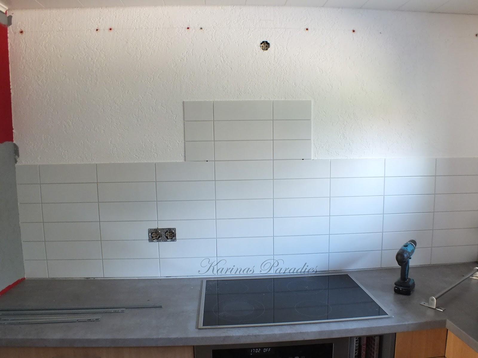 Wir haben den Fliesenspiegel mit einer weißen Holzplatte abgedeckt und neue Leisten drauf gemacht