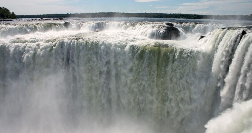 Guairá Falls atau Air Terjun Guairá adalah serangkaian air terjun besar di Sungai Paraná di sepanjang perbatasan antara Brasil dan Paraguay