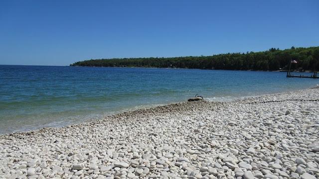 Pantai Schoolhouse yang dipenuhi batu-batu halus