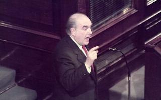 Η Βουλή των Ελλήνων κυρώνει τη Συνθήκη του Μάαστριχτ, που γέννησε το κοινό νόμισμα, πριν καν περάσουν δύο χρόνια από την επανένωση της Γερμανίας, τον Οκτώβριο του 1990.