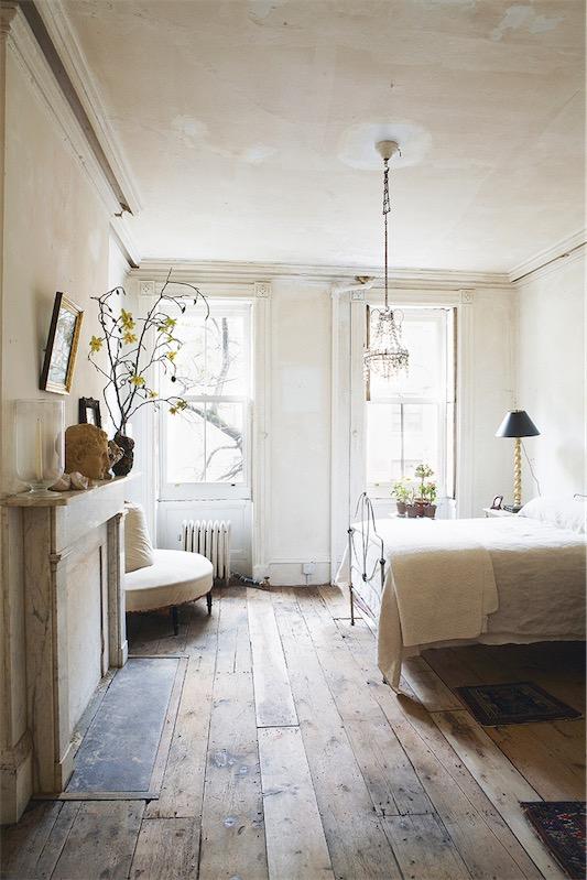 dormitorio con charme con suelos de madera  chimenea y cama de hierro chicanddeco
