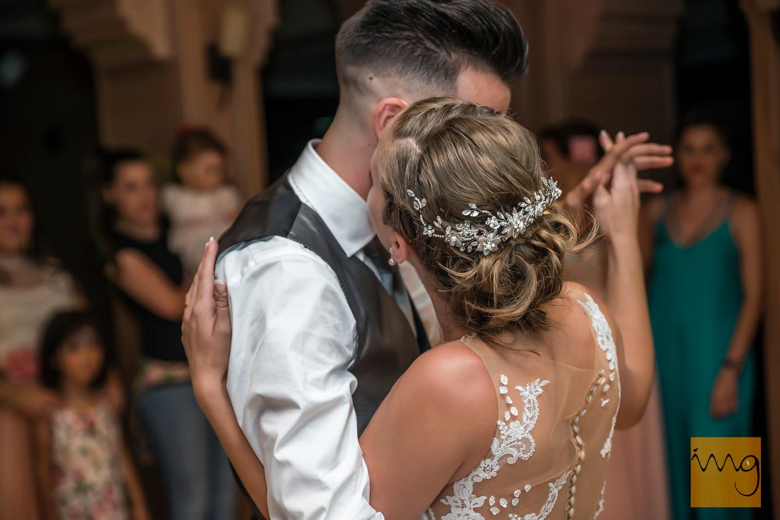 Fotografía del baile de boda en el restaurante en Granada