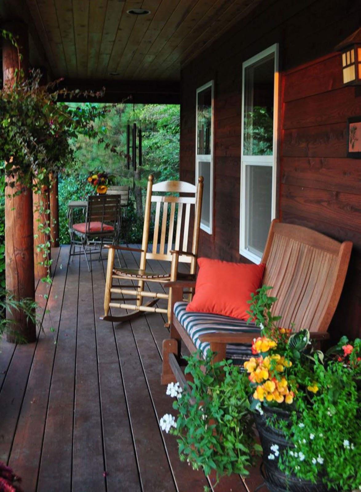 fauteuils sous un porche