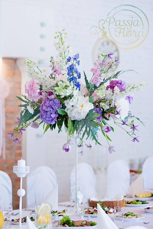 Fioletowe bukiety na weselu