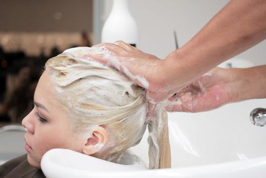 Aspek Penting yang Harus Diketahui Sebelum Bleaching Rambut
