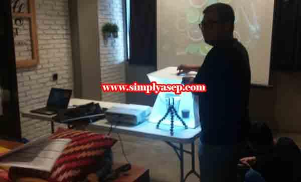 FOTO PRODUK : Dodon Jerry saat memberikan materi tentang Foto Produk di kelas hari kedua. Kelas Gapura Digital Pontianak menggunakan bejana khusus untuk foto studio mini sebagai bahan praktek. Foto Asep Haryono