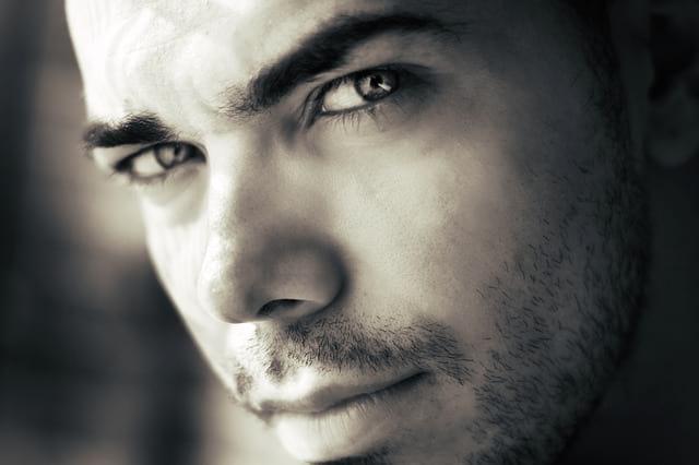 Tanda Pria Jatuh Cinta Dari Tatapan Mata yang Bikin Penasaran