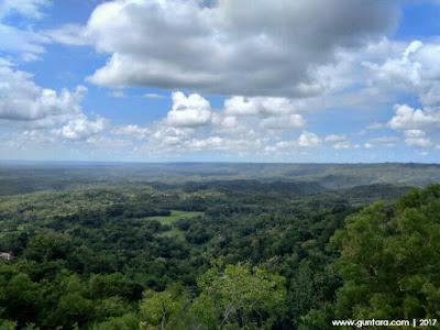 Pemandangan di Puncak Sewu Watu Sangga Langit www,guntara.com