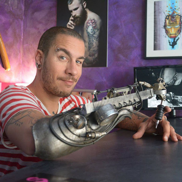 Artista que tatúa con una prótesis increíble; así lo hace