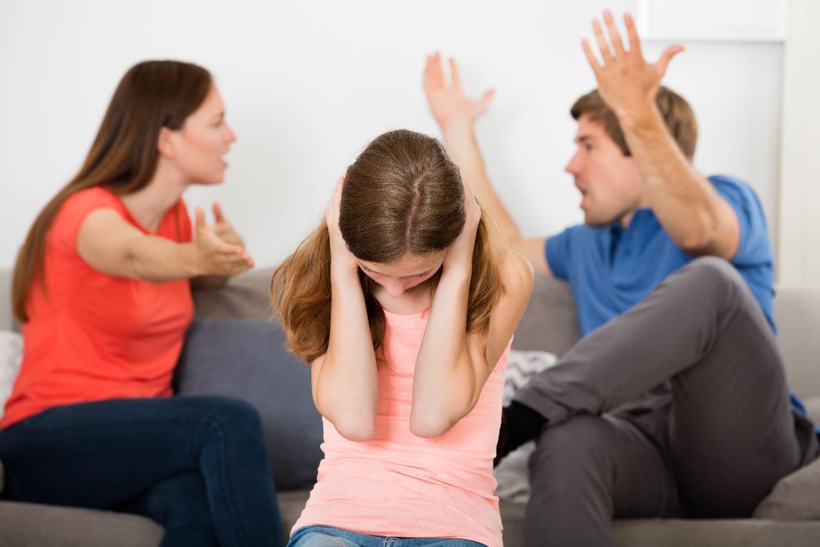Brigar na frente dos filhos prejudica-pais-e-filhos-maternidade-filhos-familia