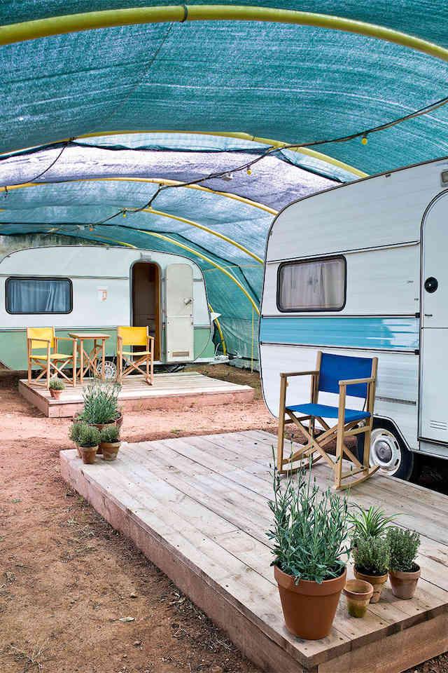 caravanas bajo el techo del invernadero a modo de casita de invitados