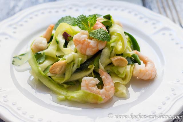 Zucchini-Chili-Minze-Salat mit Garnelen
