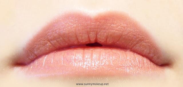 Swatch sulle labbra. Chanel - Rouge Coco. Il rossetto nella colorazione 402 Adrienne.