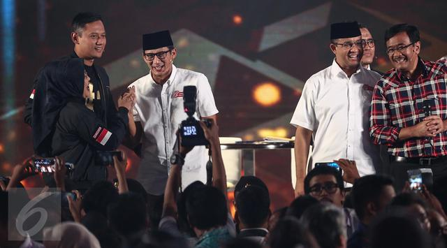 Suasana usai acara Debat Pilgub DKI 2017 putaran kedua, Jakarta, Jumat (27/1). Para paslon terlihat bernyanyi bersama.