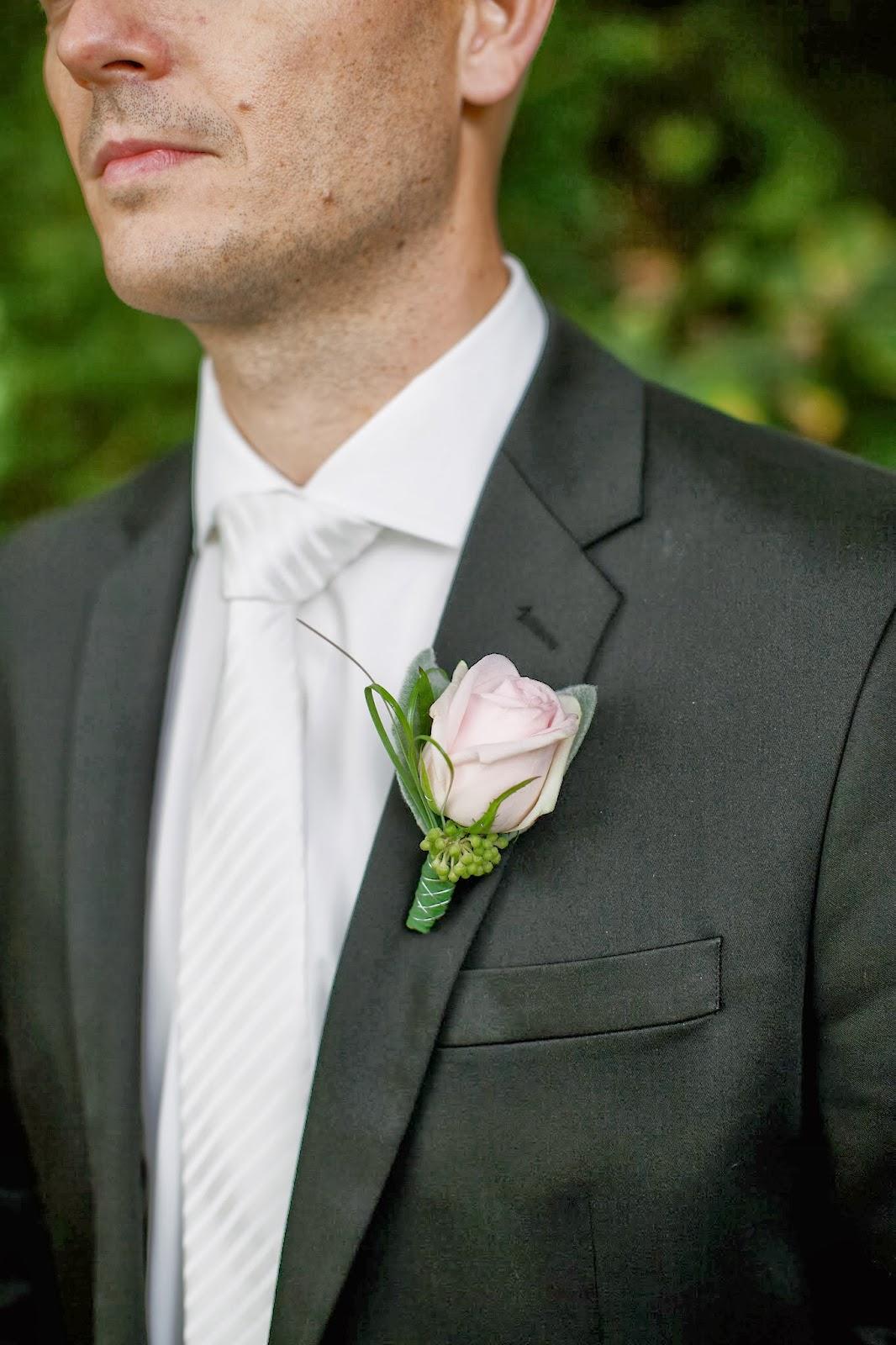 Esküvői vőlegény kitűző rózsaszín rózsából